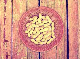 arachides sur le fond en bois photo