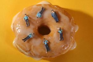 agents de police dans l'imagerie alimentaire conceptuelle avec des beignets photo