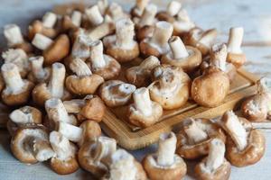 champignons shiitake frais sur la table de cuisine en bois photo