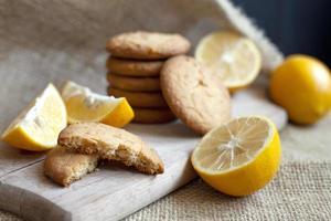 biscuits au citron faits à la maison, la cuisson des agrumes se trouve délicieusement sur une table dans un emballage en papier, une recette pour la cuisson des fruits photo