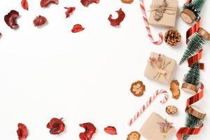 mise à plat créative minimale de la composition traditionnelle de noël et de la saison des vacances du nouvel an. vue de dessus des décorations de noël d'hiver sur fond blanc avec un espace vide pour le texte. copier la photographie de l'espace. photo