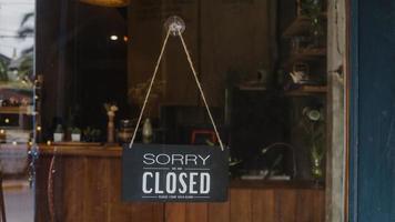 désolé, nous sommes fermés signe rétro vintage noir et blanc sur un café à porte vitrée après la quarantaine de verrouillage du coronavirus. propriétaire de petite entreprise, nourriture et boisson, concept de crise financière d'entreprise. photo