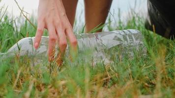 joyeux jeunes activistes asiatiques ramassant des déchets plastiques dans la forêt. Des femmes bénévoles coréennes aident à garder la nature propre et à ramasser les ordures. concept sur les problèmes de pollution de la conservation de l'environnement. photo
