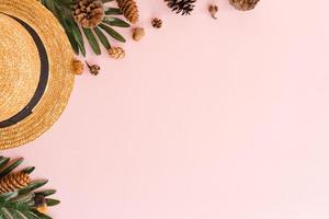 photo créative à plat de vacances de voyage à la mode tropicale de printemps ou d'été. accessoires de plage vue de dessus sur fond de couleur rose pastel avec un espace vide pour le texte. vue de dessus copie espace photographie.