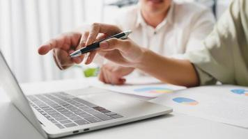 processus collaboratif d'hommes d'affaires multiculturels utilisant une présentation d'ordinateur portable et une réunion de communication pour réfléchir à des idées sur les nouveaux collègues du projet travaillant sur la stratégie de réussite du plan au bureau à domicile. photo