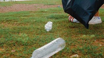 joyeux jeunes activistes asiatiques ramassant des déchets plastiques sur la plage. Des femmes bénévoles coréennes aident à garder la nature propre et à ramasser les ordures. concept sur les problèmes de pollution de la conservation de l'environnement. photo