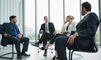 gens d'affaires réunion conférence discussion concept d'entreprise au bureau. équipe analysant les statistiques financières. photo