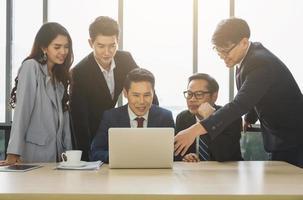 équipe de gens d'affaires asiatiques analysant les statistiques financières. équipe d'hommes d'affaires réunion conférence discussion concept d'entreprise au bureau. photo