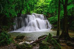 Cascades de huay mae khamin dans la forêt profonde au parc national de srinakarin, kanchanaburi, thaïlande photo