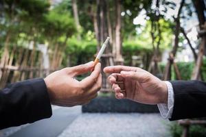 deux hommes d'affaires partageant une cigarette photo