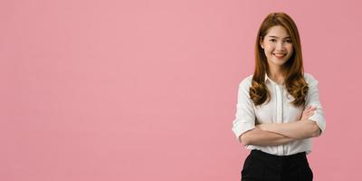 portrait d'une jeune femme asiatique avec une expression positive, les bras croisés, un large sourire, vêtue de vêtements décontractés et regardant la caméra sur fond rose. fond de bannière panoramique avec espace de copie. photo