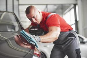 nettoyage professionnel et lavage de voiture dans la salle d'exposition de voitures photo
