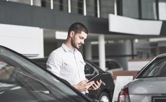 jeunes vendeurs avec un dossier pour vendre une nouvelle voiture photo
