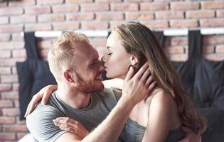 un jeune couple est un petit ami et une petite amie qui s'apprécient photo