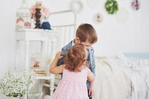 relation entre deux petits enfants. enfance heureuse photo