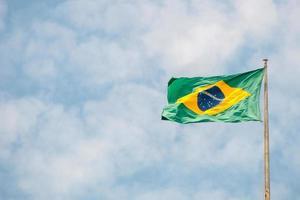 drapeau du brésil à l'extérieur avec un beau ciel bleu. photo