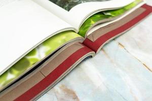 pile de magazines sur fond de luxe photo