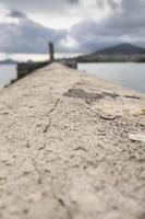digue de ciment dans la mer photo