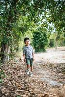 garçon heureux jouant seul dans le parc photo