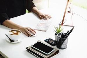 travailler à domicile les employés de l'entreprise utilisent leurs ordinateurs pour travailler à domicile afin d'empêcher le virus corona de rencontrer des étrangers. photo