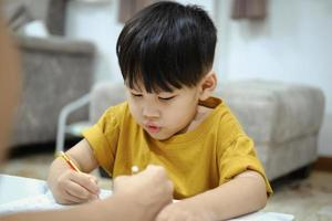 devoirs enseignement éducation mère enfants fils famille enfance. photo