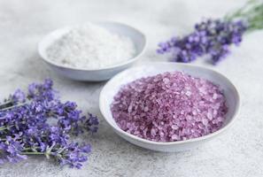 sel de mer aux herbes naturelles avec des fleurs de lavande photo