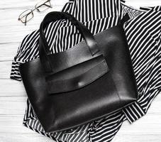 blouse rayée et sac en cuir noir photo