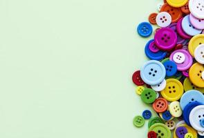 boutons de couture sur fond pastel vert photo