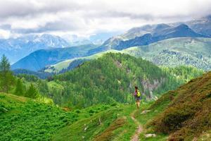 de paysage de montagne avec chemin et fille qui marche photo