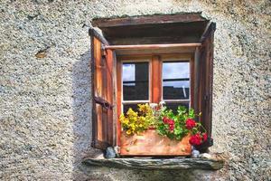 fenêtre typique des alpes suisses photo