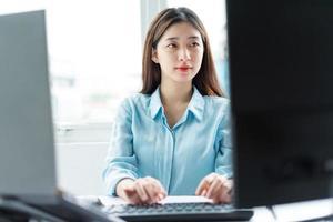 portrait de jeune femme d'affaires se concentrant sur le travail photo