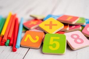 nombre de maths coloré, étude de l'éducation apprentissage des mathématiques concept d'enseignement. photo