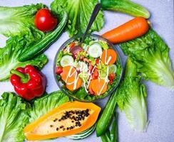 choix d'aliments sains pour manger propre, fruits, légumes, graines, légumes à feuilles sur béton gris photo