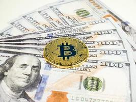 crypto-monnaie bitcoin d'or sur fond d'argent dollar, concept internet d'entreprise de technologie de devise btc photo