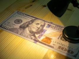 dollars américains et lampe lumineuse photo