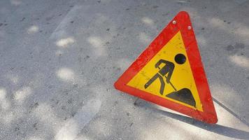hommes au travail, panneau de signalisation photo