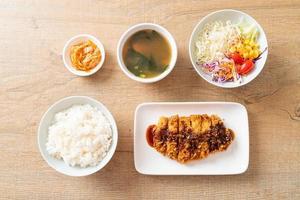 tonkatsu - escalope de porc japonaise frite avec un ensemble de riz photo