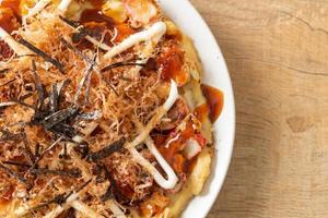 pizza traditionnelle japonaise appelée okonomiyaki photo