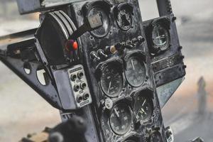 panneau de commande d'hélicoptère militaire de guerre ancien endommagé. photo