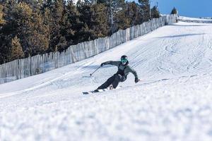 skieur acrobatique à la station de grandvalira en hiver 2021 photo