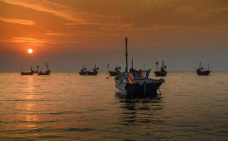 petits bateaux de pêcheurs en mer. photo