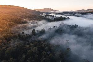 montagnes et arbres dans un village rural, grand angle le matin photo