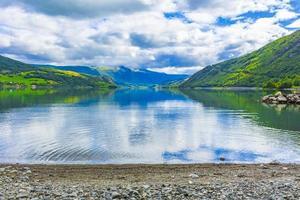 incroyable paysage norvégien montagnes colorées fjord forêts jotunheimen norvège. photo