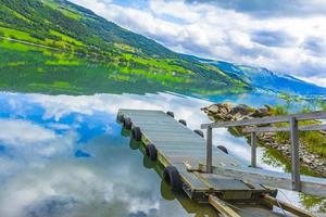 jetée à l'étonnant paysage norvégien montagnes fjord forêts jotunheimen norvège. photo