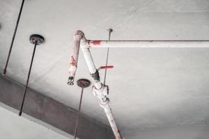 conduites d'eau pour éteindre les incendies dans les bâtiments en cas d'étincelles. vieux tuyau avec un peu de rouille dessus mais toujours utilisable. photo