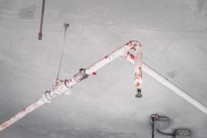 une conduite d'eau pour éteindre les étincelles ou le feu dans un bâtiment de grand magasin est installée au-dessus du plafond. notion de sécurité. photo