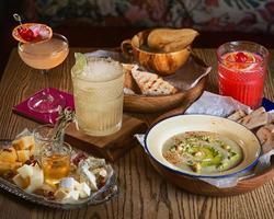 houmous alimentaire, gelée, différents types de cocktails au fromage et à l'alcool sur la table photo