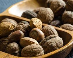 noix en coque dans un pot d'olivier photo