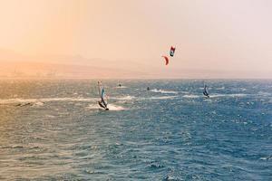 véliplanchistes naviguant dans la mer rouge photo