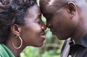couple romantique debout face à face et s'embrassant photo